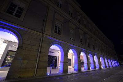 Eclairage en violet de bâtiments publics à Saint-Etienne